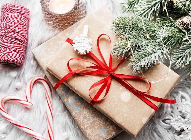 나무 표면에 장식으로 크리스마스를위한 아름다운 선물
