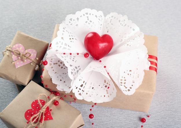 灰色の美しい贈り物。バレンタインデーのコンセプト