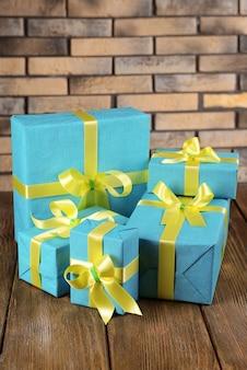 벽돌 벽 배경에 테이블에 아름다운 선물