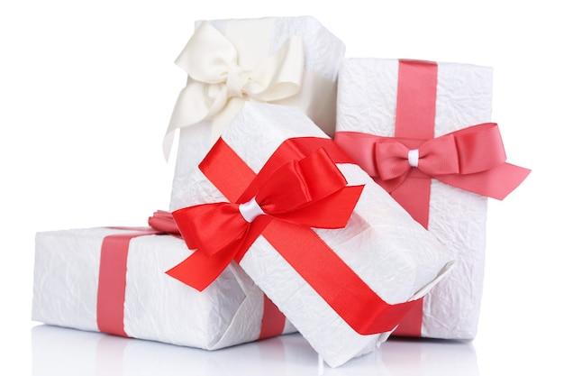 白で隔離の赤いリボンの美しい贈り物