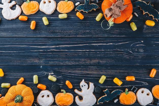 할로윈을 위한 아름다운 진저브레드와 과자와 테이블에 있는 호박. trick or treat 수평 뷰 위에서