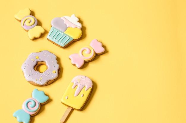 과자와 사탕 형태의 어린이 파티를 위한 아름다운 진저브레드 쿠키는 평평하게 놓여 있습니다.