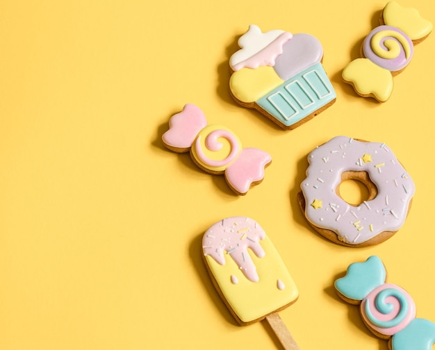 Красивые пряники на детский праздник в виде конфет и конфет плоской формы.