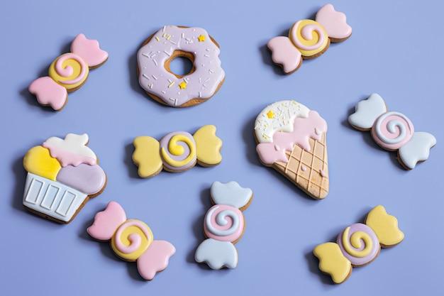 お菓子やキャンディーの形で子供たちのパーティーのための美しいジンジャーブレッドクッキー、フラットレイ。
