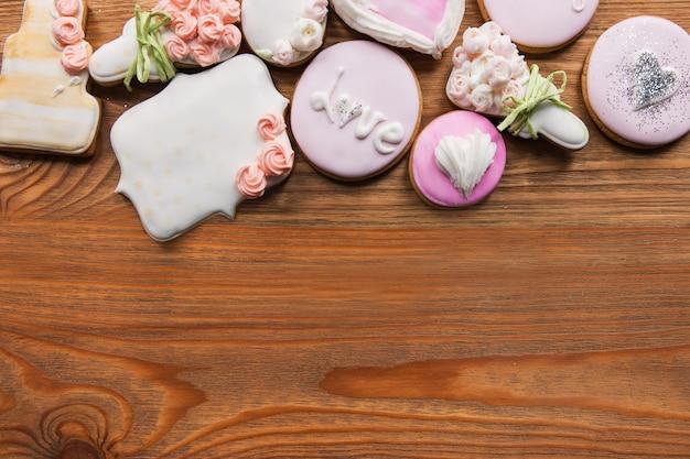 Красивый пряник со свободным местом. хлебобулочные изделия в рамке, свадебный подарок, красивое печенье на деревянном фоне. сладости, концепция любви