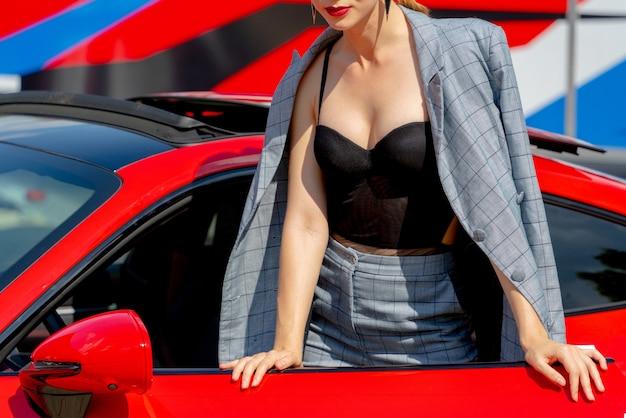 아름 다운 소녀와 여름 화창한 날에 빨간 차.