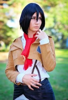 Красивая девушка аниме персонаж в парке. косплей персонаж
