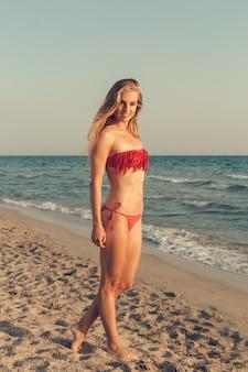 海のポーズで美しい少女