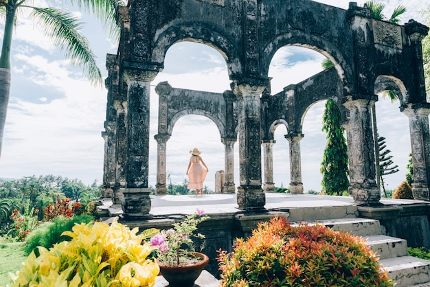 Красивая девушка в водном дворце на бали