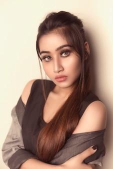 Красивая девушка светлые волосы с элегантной прической