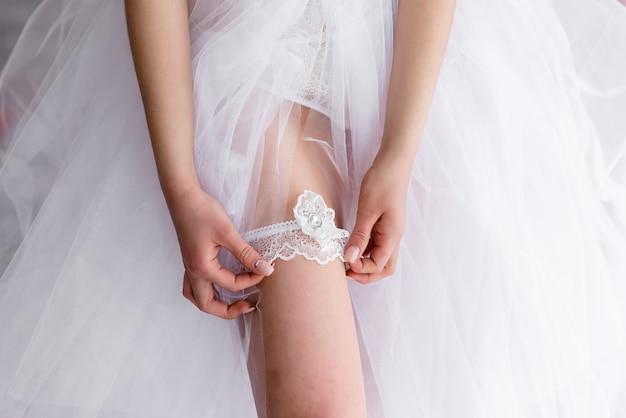Красивая девушка невеста в белом кружевном будуарном платье