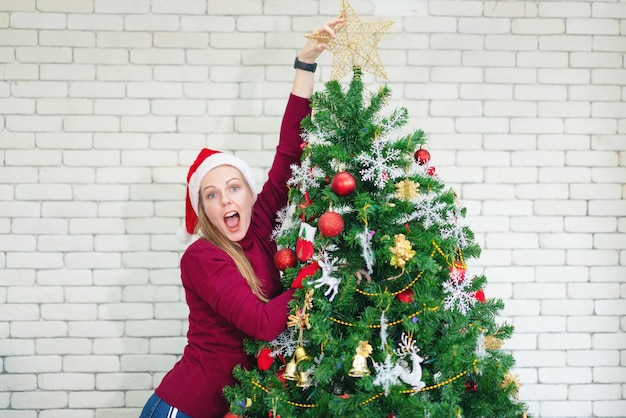 新年のクリスマスツリーの美しい少女