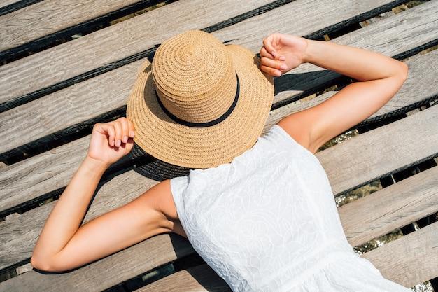 아름 다운 소녀는 모자와 함께 그녀의 얼굴을 커버