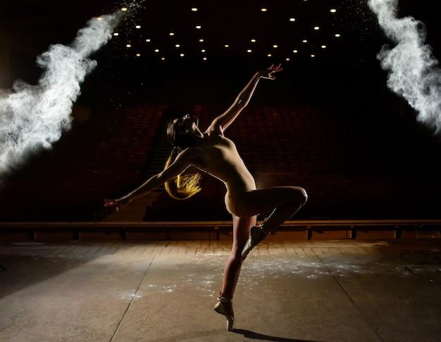 무대에서 춤추는 아름다운 소녀