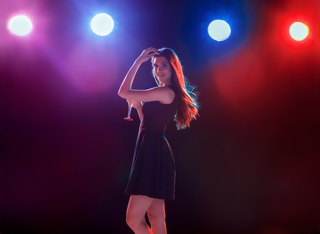 シャンパンを飲むパーティーで踊る美しい少女