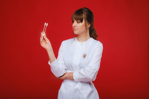 音叉を持った美少女医師が立ちます。