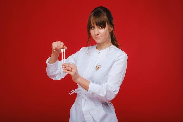 音叉スタンドを持つ美しい少女医師