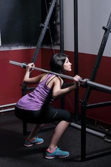 체육관에서 시뮬레이터에서 연습을 하 고 아름 다운 소녀
