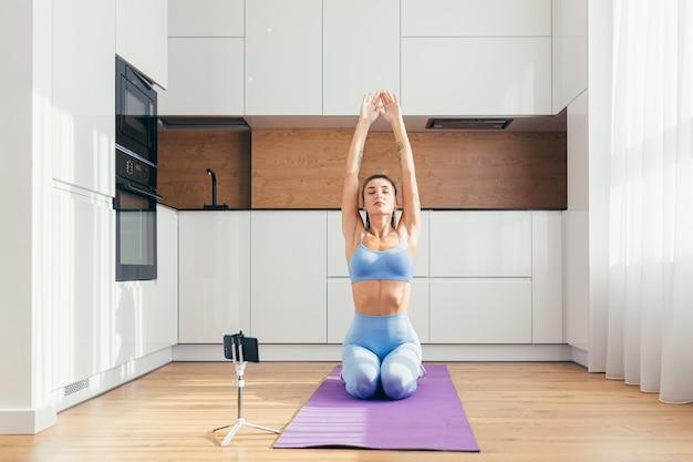 Красивая девушка занимается фитнесом дома