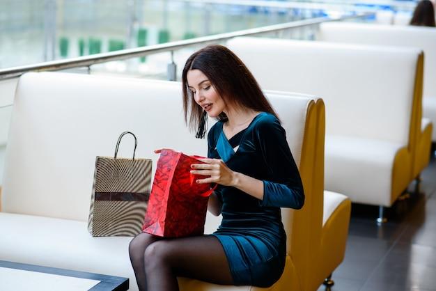 Красивая девушка делает покупки в торговом центре