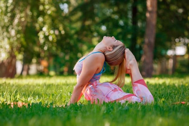 Красивая девушка занимается йогой на природе в солнечный летний день. бодипозитив, спорт для женщин, гармония, асаны, здоровый образ жизни, вдохновляющий вид, любовь к себе и хорошее самочувствие