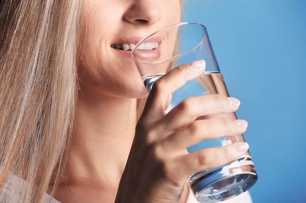 青に水を飲む美しい少女