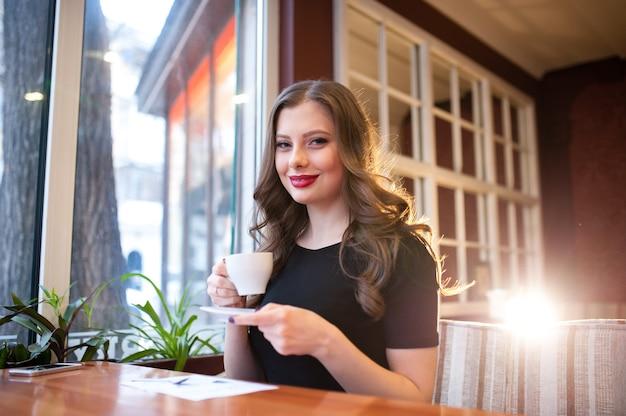 아름다운 소녀는 커피를 마신다