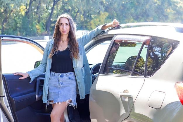 Красивая девушка за рулем автомобиля. путешествие на машине