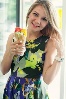 Красивая девушка ест итальянское мороженое
