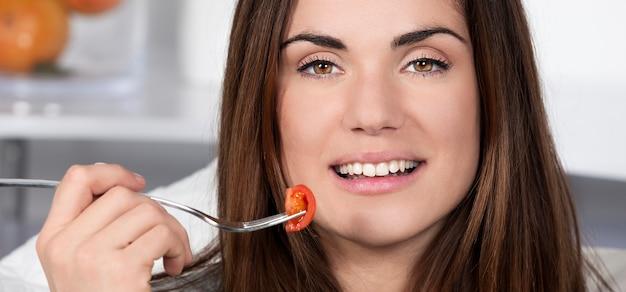 健康的な食べ物を食べる美しい少女、パノラマビュー