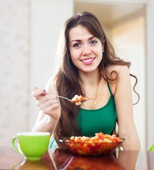 Красивая девушка едят вегетарианский обед