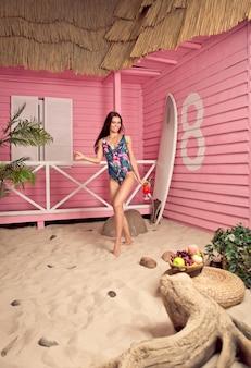 プライベートビーチでの時間を楽しんでいる美しい少女