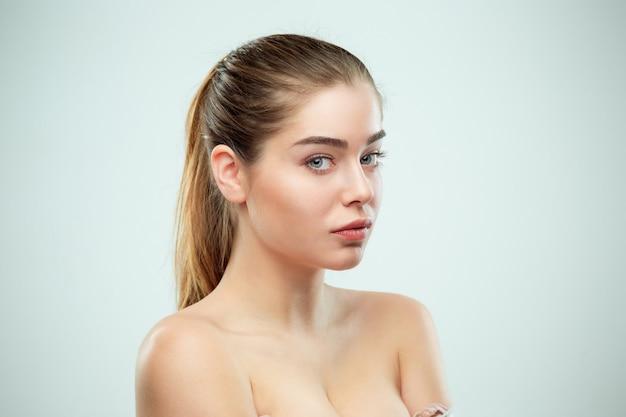 美しい少女の顔。完璧な肌