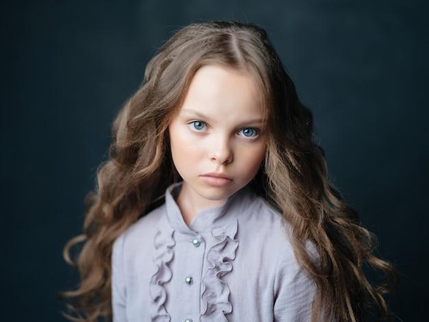美しい少女ファッショナブルな髪型ポーズクローズアップスタジオ