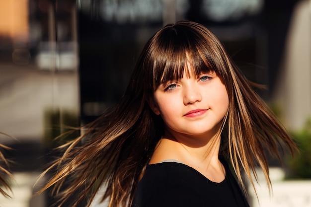 日光に髪をひっくり返す美しい少女