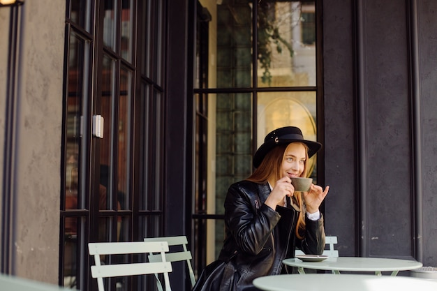 카페에서 커피를 마시고 아름 다운 소녀