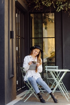 Красивая девушка с кофе в кафе