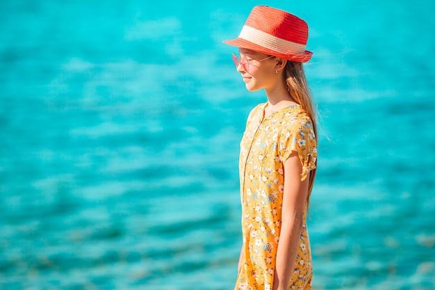 熱帯の海岸で楽しんで美しい少女。