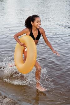 호수에서 야외에서 즐거운 시간을 보내는 아름다운 소녀