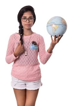 Красивая девушка держит глобус мира изолированы