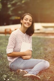 開いた本を持って美しい少女