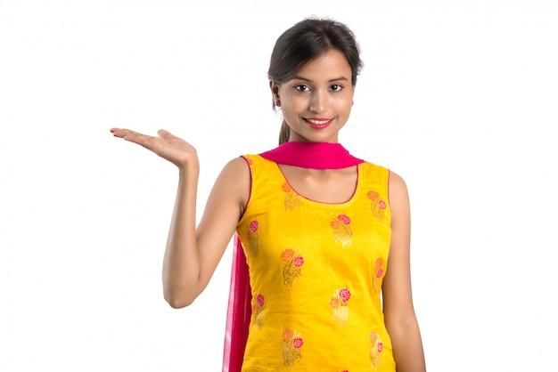 Красивая девушка держит и представляя что-то на руке с счастливой улыбкой.