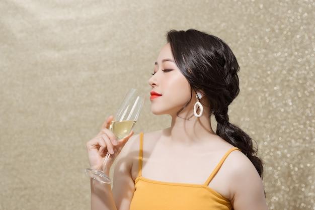 シャンパンガラスを保持している美しい少女。バレンタインデー