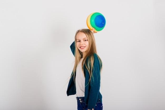 Красивая девушка держит цветной яркий шар, изолированные на белом, студия