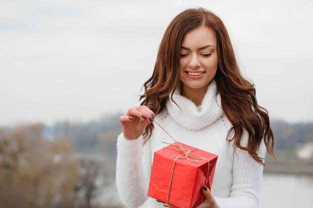 아름 다운 소녀는 그녀의 손에 선물 상자를 보유