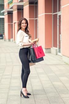 아름 다운 소녀는 우수한 흰색 신발을 보유하고있다. 공간 복사