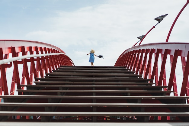 橋の上ポーズ青いドレスで美しい少女
