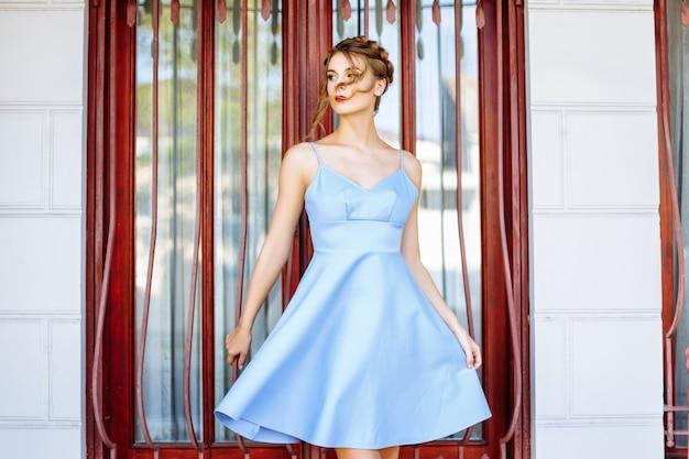 Красивая девушка в голубом платье