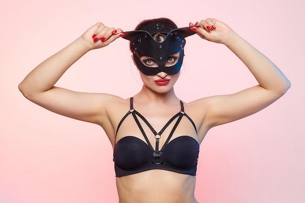 猫のマスクで美しい少女。ふざけてポーズ