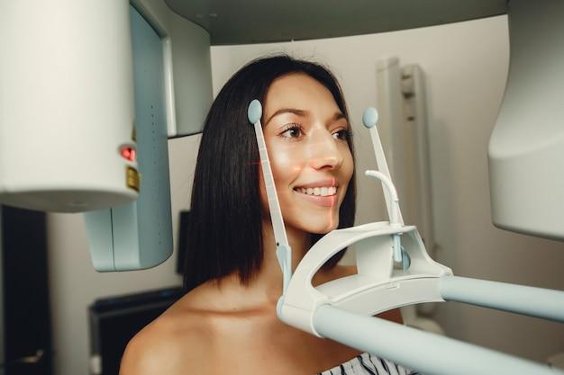 歯科医で美しい少女